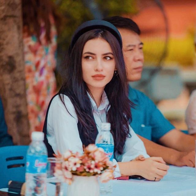 Cô giáo Tây ở Hà Nội sốt xình xịch MXH vì đẹp như minh tinh - Ảnh 2.