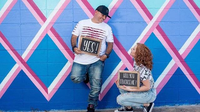 Cặp vợ chồng Mỹ chụp ảnh kỷ niệm ngày ly hôn - Ảnh 1.