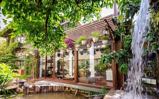 Ngôi nhà màu xanh an yên đẹp như cổ tích của vợ chồng trẻ bỏ việc lương cao ở Sài Gòn về Đà Lạt sinh sống - Ảnh 1.