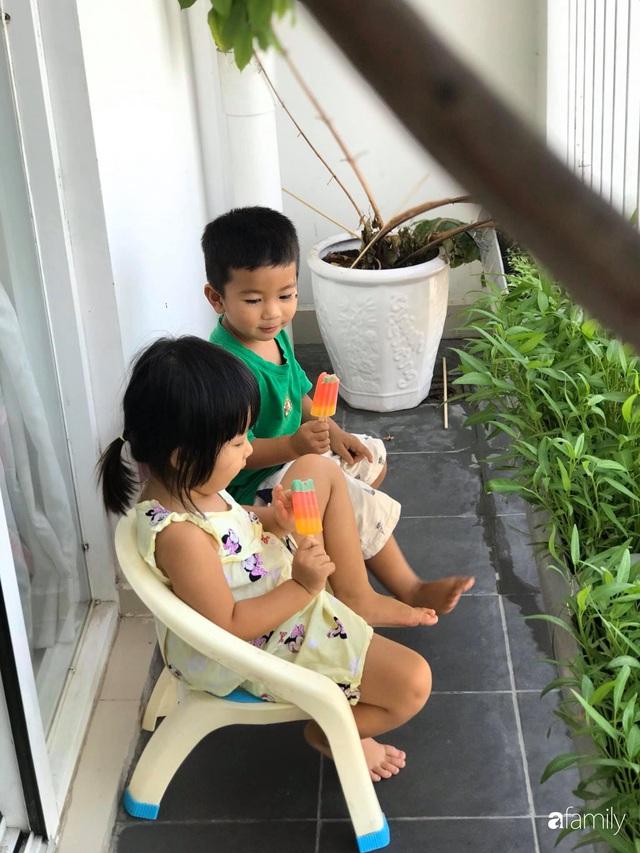 Ban công nhỏ ở chung cư phủ kín đủ loại rau quả sạch nhờ trồng bằng ống nhựa của mẹ đảm ở Sài Gòn - Ảnh 4.