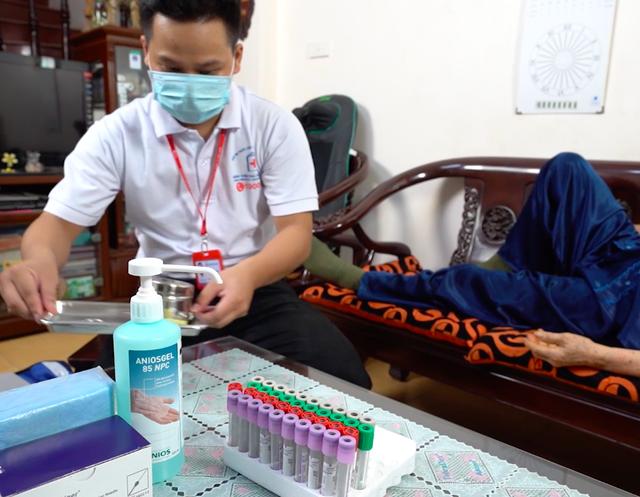 ẢNH: Theo chân y bác sĩ đến tận nhà lấy mẫu xét nghiệm cho bệnh nhân - Ảnh 10.