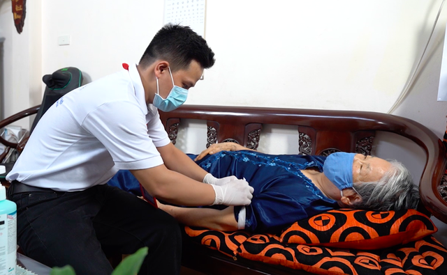 ẢNH: Theo chân y bác sĩ đến tận nhà lấy mẫu xét nghiệm cho bệnh nhân - Ảnh 7.