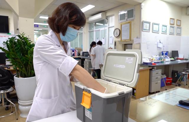 ẢNH: Theo chân y bác sĩ đến tận nhà lấy mẫu xét nghiệm cho bệnh nhân - Ảnh 11.
