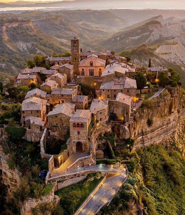 Ngôi làng cổ sống lại nhờ thu phí khách tham quan - Ảnh 2.