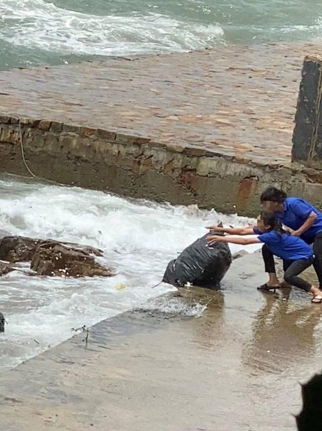 Nhân viên quán cà phê gây bức xúc khi vứt hàng chục bao rác xuống biển Vũng Tàu - Ảnh 1.