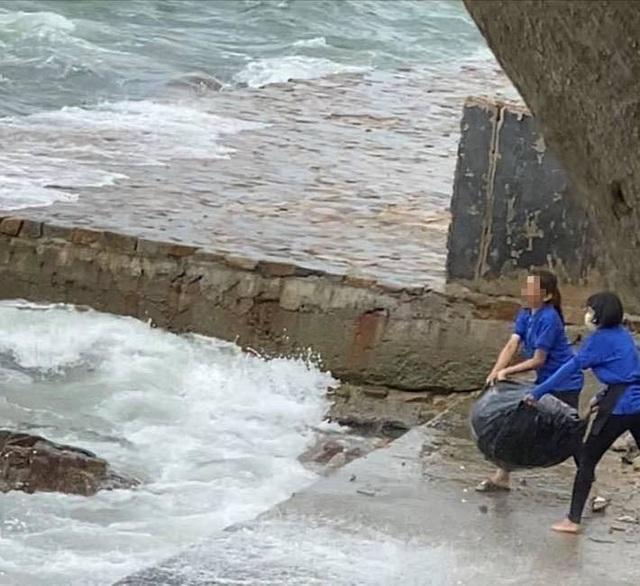 Nhân viên quán cà phê gây bức xúc khi vứt hàng chục bao rác xuống biển Vũng Tàu - Ảnh 2.