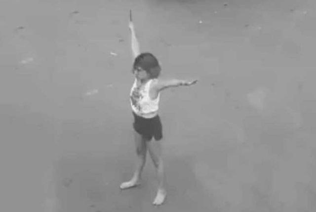 Cô gái cầm dao phần luồng giao thông giữa giao lộ TP.HCM - Ảnh 1.