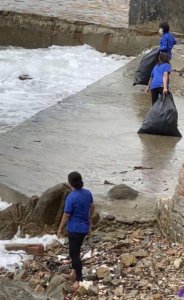 Nhân viên quán cà phê gây bức xúc khi vứt hàng chục bao rác xuống biển Vũng Tàu - Ảnh 3.