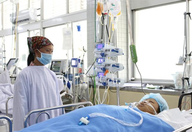 Bác sĩ trắng đêm cứu nữ công nhân nghèo bị xe lu cán - Ảnh 1.