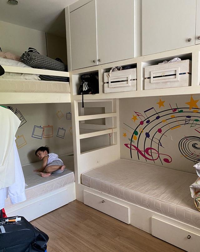 Chỉ bằng cách sử dụng giấy dán tường để trang trí phòng bé, người mẹ thông minh giúp việc học tại nhà của con vô cùng hiệu quả - Ảnh 3.