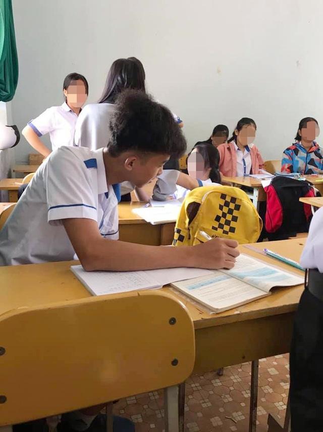 Khi bạn ngồi cạnh nghỉ học mà cô giáo lại bắt thảo luận theo cặp, nam sinh có pha xử lý khiến ai nấy cười bò - Ảnh 1.