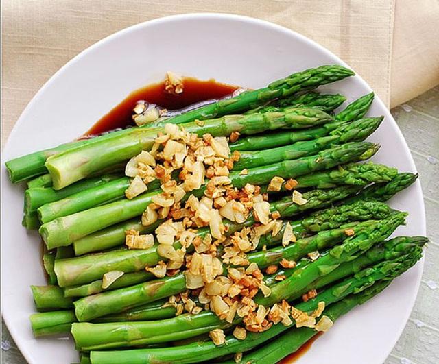 Một tác dụng thần thánh của măng tây khiến không chỉ chị em mà đàn ông cũng thi nhau ăn loại rau này - Ảnh 1.