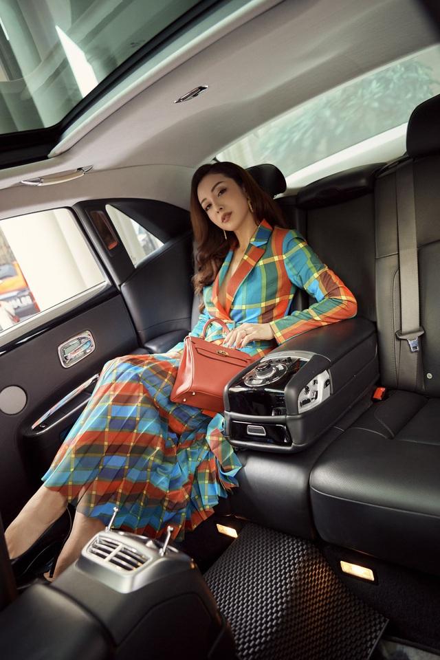 Jennifer Phạm sành điệu bên xế sang - Ảnh 2.