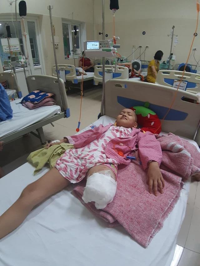 Cô bé mắc ung thư xương Phương Chi đã phải cắt một bên chân - Ảnh 2.