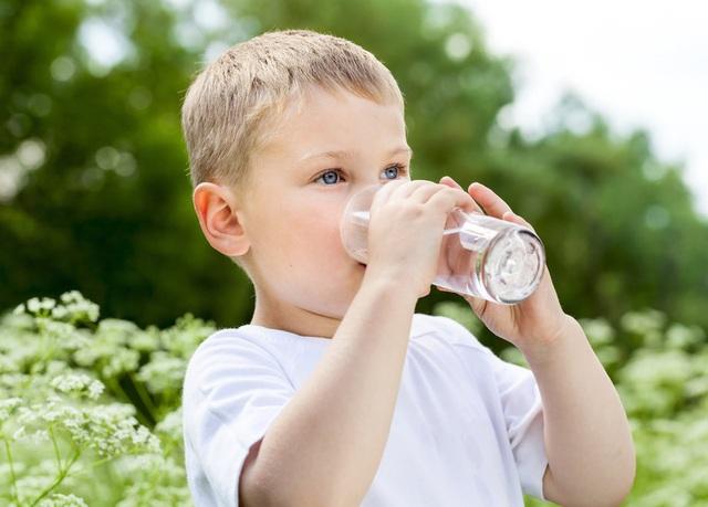 Trẻ em uống lượng nước trong ngày bao nhiêu là đủ? - Ảnh 1.