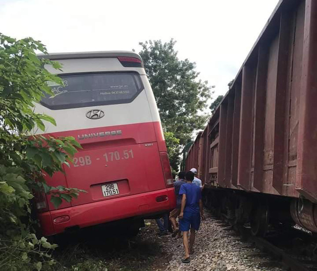 Hà Nội: Xem xét khởi tố vụ án xe ô tô chở học sinh bị tàu hoả đâm, khiến 6 em nhập viện - Ảnh 3.