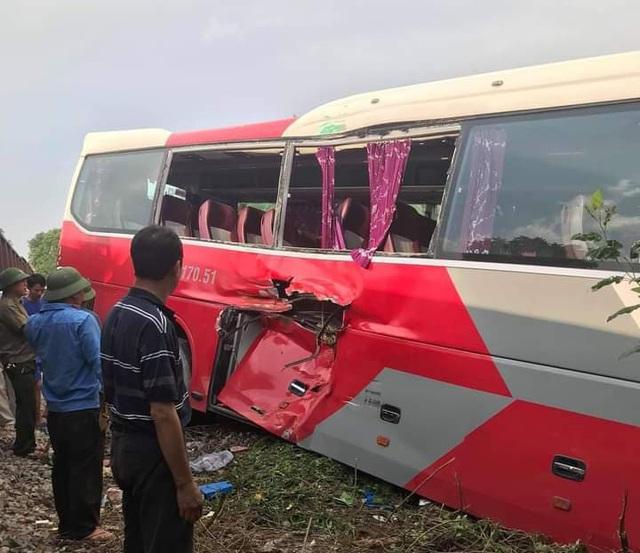 Hà Nội: Xem xét khởi tố vụ án xe ô tô chở học sinh bị tàu hoả đâm, khiến 6 em nhập viện - Ảnh 2.