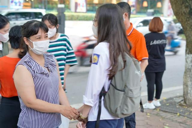 Tổ chức khai báo y tế giáo viên, học sinh vào ngày đầu sau nghỉ Tết - Ảnh 1.