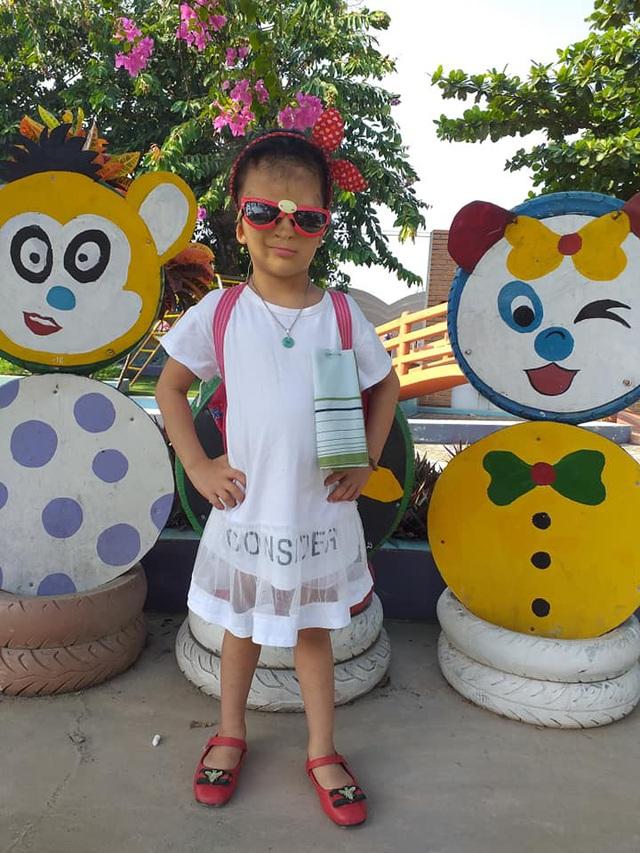 Bé gái 5 lần phẫu thuật đi tìm gương mặt của mình lần đầu tiên được đi học - Ảnh 3.