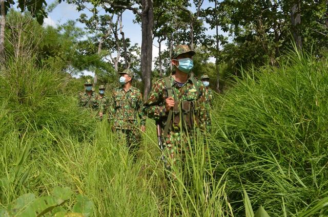 Cảm phục chiến sĩ quân hàm xanh trên tuyến đầu chống dịch - Ảnh 6.