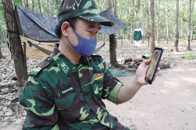 Cảm phục chiến sĩ quân hàm xanh trên tuyến đầu chống dịch - Ảnh 4.