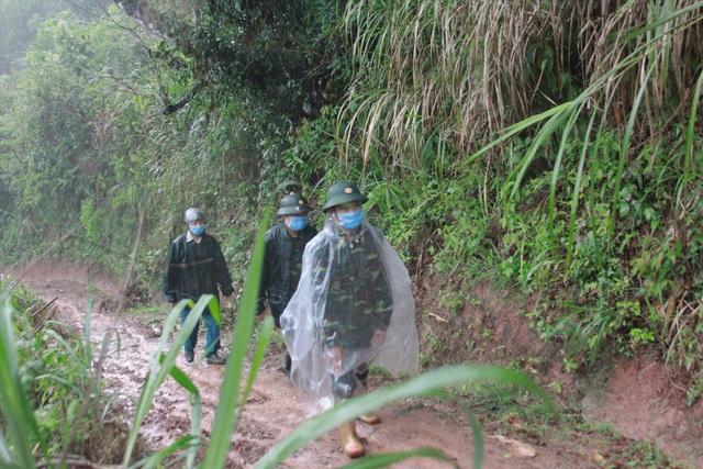 Cảm phục chiến sĩ quân hàm xanh trên tuyến đầu chống dịch - Ảnh 3.