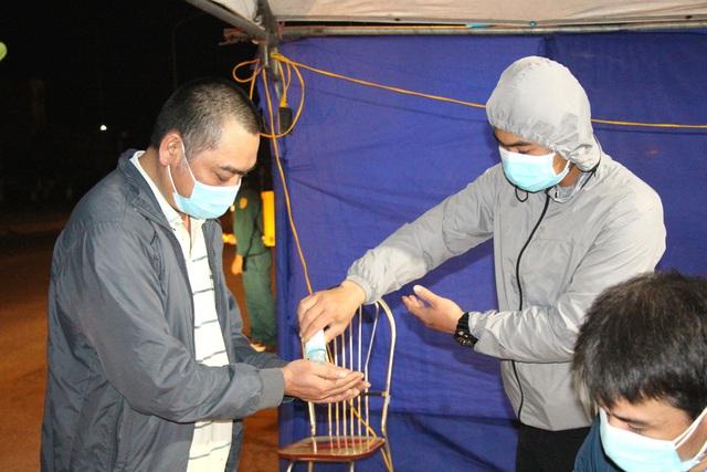 Cận cảnh chốt kiểm soát COVID-19 tại thành phố Hải Dương trong đêm đầu tiên giãn cách xã hội - Ảnh 10.