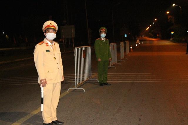 Cận cảnh chốt kiểm soát COVID-19 tại thành phố Hải Dương trong đêm đầu tiên giãn cách xã hội - Ảnh 5.