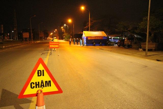 Cận cảnh chốt kiểm soát COVID-19 tại thành phố Hải Dương trong đêm đầu tiên giãn cách xã hội - Ảnh 11.
