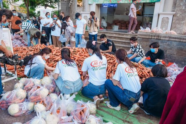"""Hoa hậu Việt Nam và phiên chợ 0 đồng """"giải cứu"""" 5 tấn nông sản Hải Dương - Ảnh 6."""