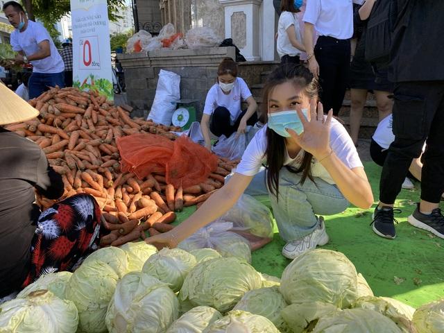 """Hoa hậu Việt Nam và phiên chợ 0 đồng """"giải cứu"""" 5 tấn nông sản Hải Dương - Ảnh 5."""
