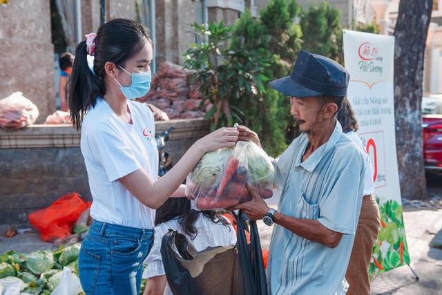 """Hoa hậu Việt Nam và phiên chợ 0 đồng """"giải cứu"""" 5 tấn nông sản Hải Dương - Ảnh 4."""