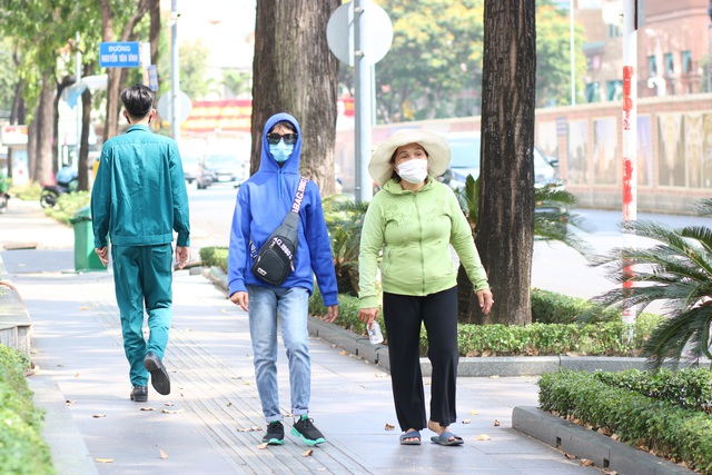 Muôn kiểu trốn nắng của người Sài Gòn - Ảnh 3.