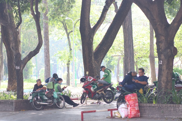 Muôn kiểu trốn nắng của người Sài Gòn - Ảnh 7.