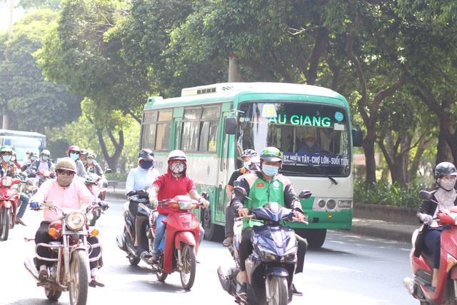 Muôn kiểu trốn nắng của người Sài Gòn - Ảnh 1.