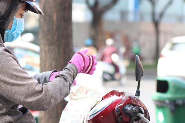 Muôn kiểu trốn nắng của người Sài Gòn - Ảnh 2.