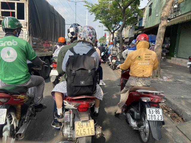 Muôn kiểu trốn nắng của người Sài Gòn - Ảnh 10.