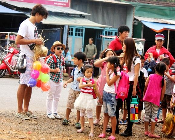 Tiểu PSY về Việt Nam học tiểu học? 8
