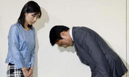 Vì lỡ lời giục nhân viên nữ lấy chồng mà cả sếp lẫn Thủ tướng Nhật Bản đều phải cúi đầu xin lỗi 1