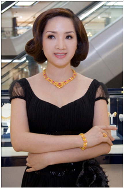 Ngắm nhìn Hoa hậu Giáng My toả sáng cùng sen vàng 3
