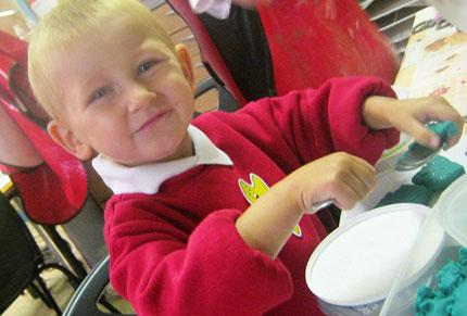 Bé trai 4 tuổi bị bố mẹ bỏ đói đến chết  1