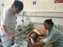 Con suýt gặp họa vì cha mẹ đắp lá chữa bỏng - GDN