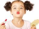 Bé 3 tuổi suýt mất mạng vì đồ chơi trang điểm và lời cảnh báo từ chuyên gia