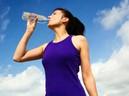 Nhiều người vẫn đứng uống nước vì không biết những tác hại khôn lường sau