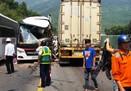 Ôtô chở khách du lịch húc xe container, 11 người bị thương