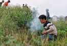 Đã mắt xem người dân ngoại thành Hà Nội đào hang, hun khói bắt chuột đồng