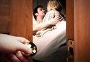 Mẹ chồng xông vào giường tân hôn