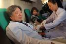 Kho máu dự trữ cạn kiệt, Giám đốc BV Việt Đức xắn tay hiến máu cứu bệnh nhân
