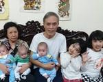 Cuộc sống của bà mẹ 5 con ngày thay bỉm, pha sữa 50 lần