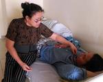 Bước đường cùng của người mẹ chục năm bế con trai 35 tuổi vào Nam ra Bắc chữa bệnh